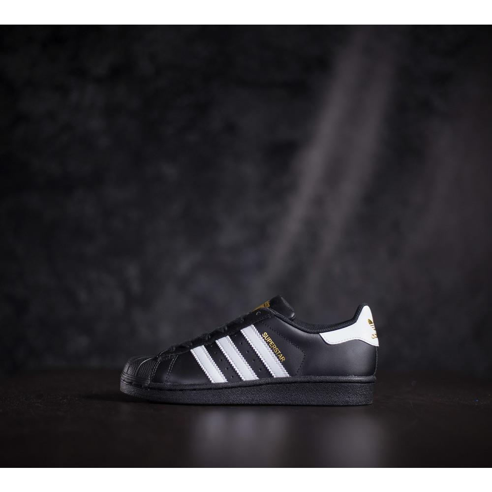 44ae2595c1b00 Dámske kožené čierne tenisky adidas superstar j s bielymi prúžkami a ...