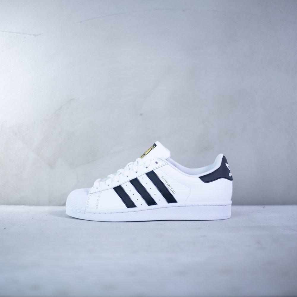 65b86cea8cd5 Tenisky Superstar od značky Adidas v klasickom bielom prevedení s ...